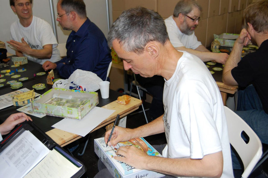 Ричард Бриз подписывает коробку с Keyflower